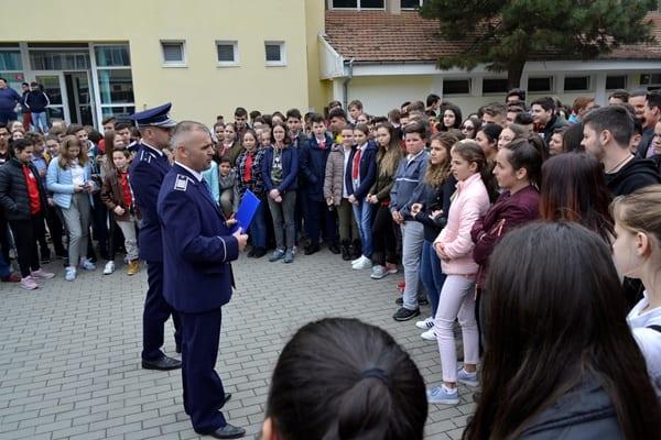 Activități de promovare a profesiei de polițist în școlile din Vinţu de Jos, Sălişte şi Sebeş