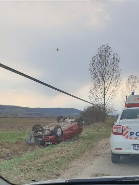 Cisteiu de Mureș – O persoană a fost rănită după ce un autoturism s-a răsturnat de pe drum (foto)