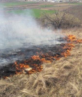 Sebeș - Intervenție a pompierilor pentru stingerea unui incendiu de vegetație uscată (foto)