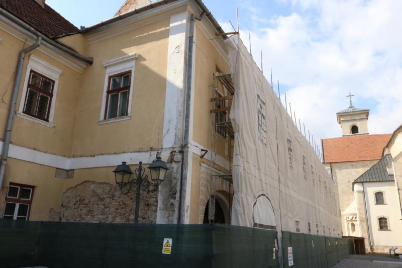 Au început primele lucrări de reabilitare la corpul principal al Palatului Principilor din Alba Iulia