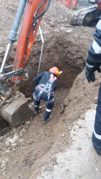 Benic – Un angajat al firmei care realiza canalizarea localității a murit după ce a fost acoperit de un mal de pământ
