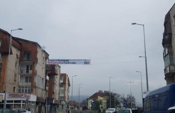 La Sebeș, noii stâlpi pentru iluminat stradal au ajuns suporturi pentru bannere de propagandă electorală