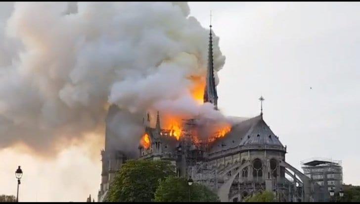 Un simbol al Franței, catedrala Notre Dame din Paris a fost cuprinsă de flăcări (foto)