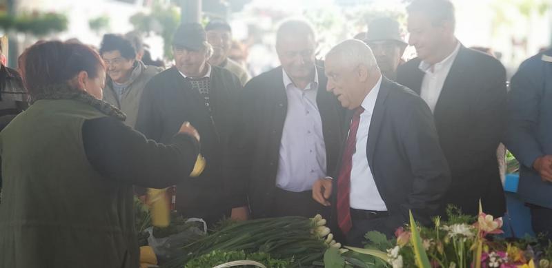 Comercianții din piața agro-alimentară din Sebeș au avut joi un client de la palatul Victoria: ministrul Agriculturii, Petre Daea