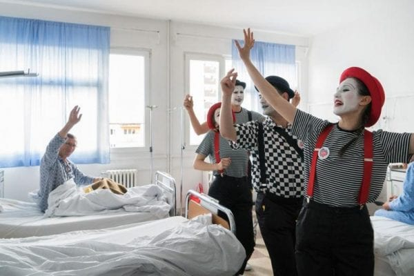 """Bolnavii Spitalului Județean de Urgență Alba Iulia, încântați de vizita actorilor proiectului """"Terapie prin Artă by Create.Act.Enjoy"""""""