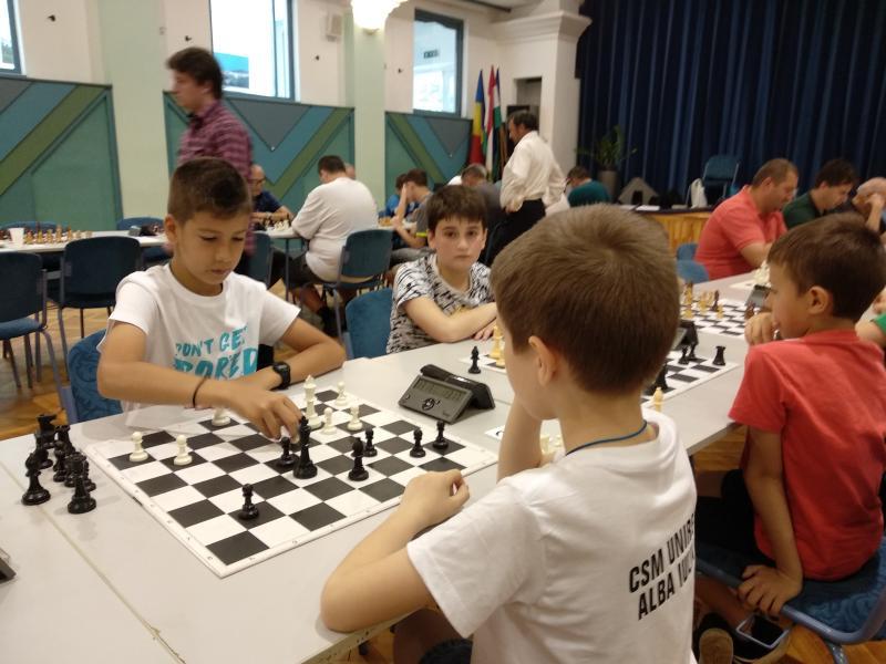 Patru medalii pentru juniorii de la CSM Unirea Alba Iulia în turneul international de şah de la Gyula