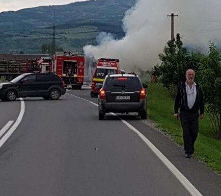 Un camion cu lemne a luat foc