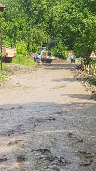 Bistra – Trafic rutier întrerupt pe DN 75 la km 85+980 din cauza aluviunilor (foto)