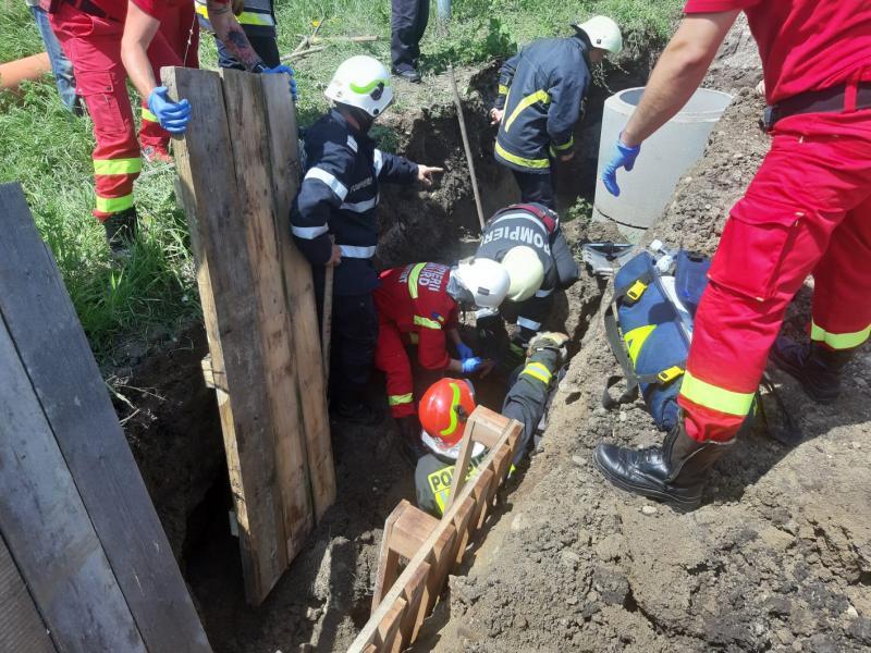Ciugud – Intervenție de urgență a pompierilor pentru salvarea unei persoane surprinse sub un mal de pământ (foto)