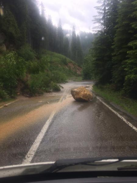 Căderi de pietre de pe versanți! Inundațiile fac daune!!! (Foto)