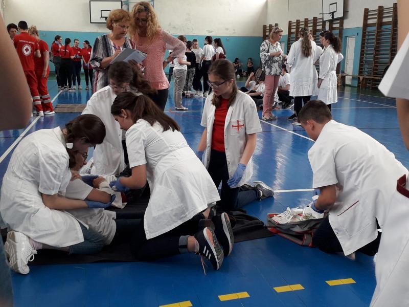 """Şcoala gimnazială """"Singidava"""" Cugir va reprezenta judeţul Alba la Faza Naţională a concursului """"Sanitarii Pricepuţi"""""""