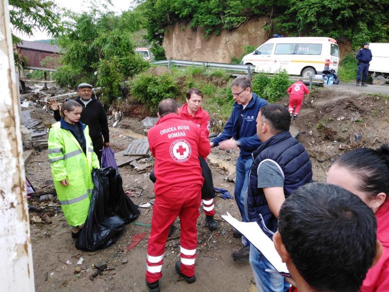 Crucea Roşie Română Filiala Alba şi compania Daimler, alături de persoanele afectate de inundaţiile din judeţul Alba
