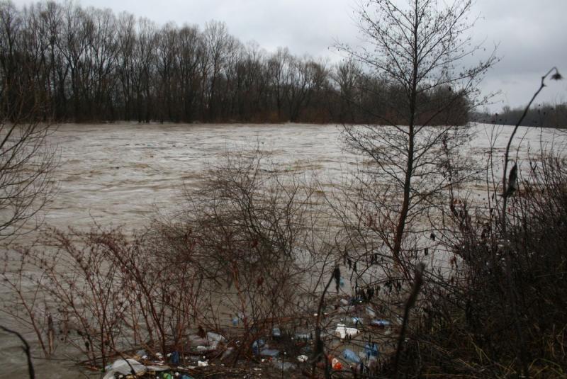 Pericol!!! INHGA avertizează autoritățile și populația în legătură cu posibile depășiri ale Cotelor de Apărare pe râul Mureș