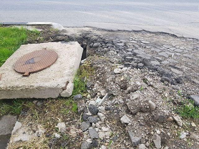 ȘTIREA TA – Placa de beton a unui canal de pe strada Occidentului din Sebeș, mutată de la loc de traficul rutier greu din zonă (foto)