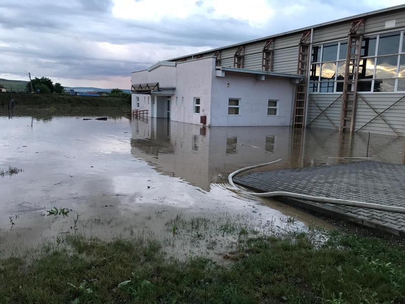 Jidvei – Intervenție a pompierilor pentru evacuarea apei din curtea sălii de sport a liceului din comună (foto)