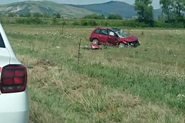 Un șofer s-a răsturnat cu mașina pe DJ 107B, între Galtiu și Coșlariu (foto)