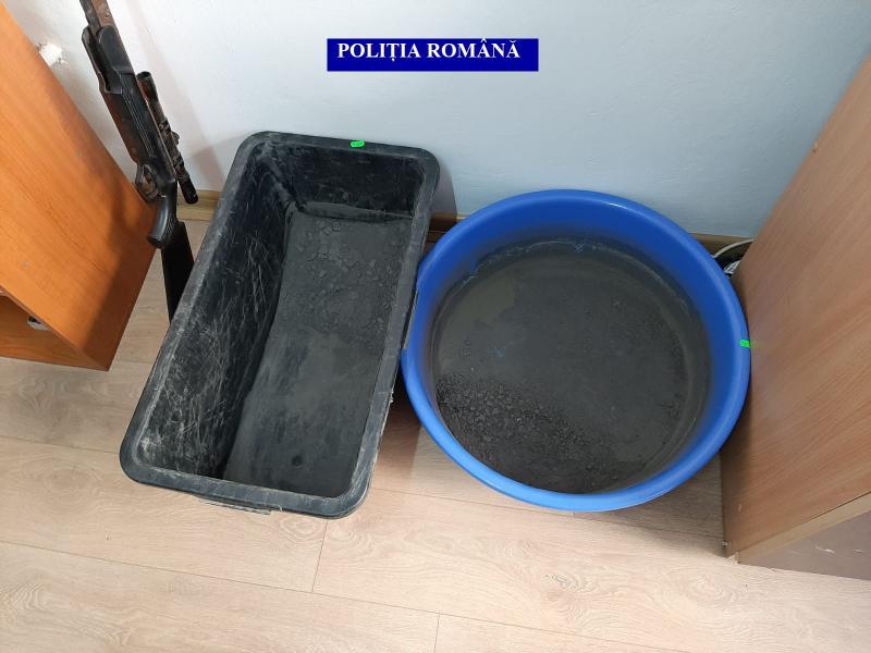 Percheziție la locuința unui bărbat din Noșlac, bănuit de deținere de substanțe toxice și nerespectarea regimului armelor și munițiilor (foto)