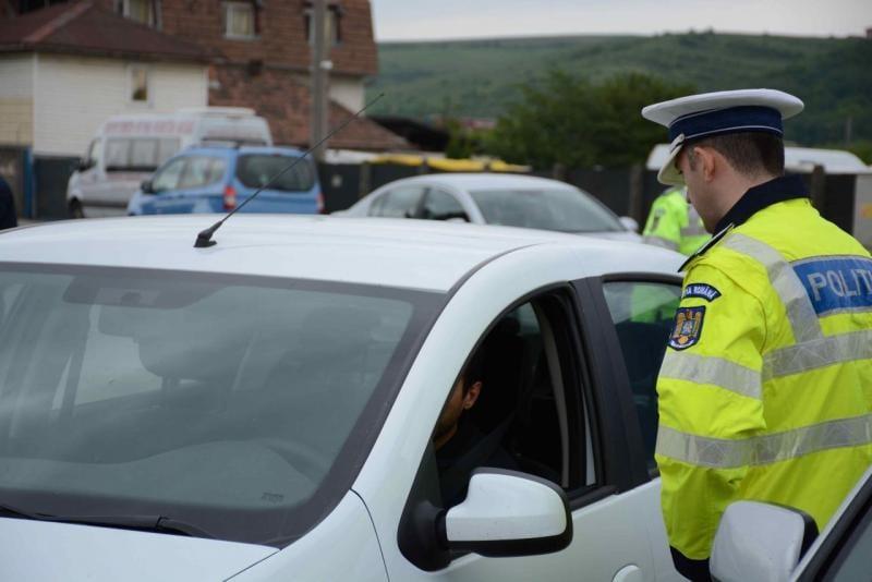 Un tânăr de 18 ani a fost depistat de polițiștii rutieri în timp ce conducea un autoturism fără permis
