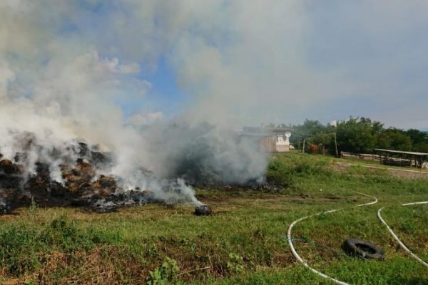 Incendiu! O stivă de baloți a fost mistuită de flăcări la Craiva (foto)