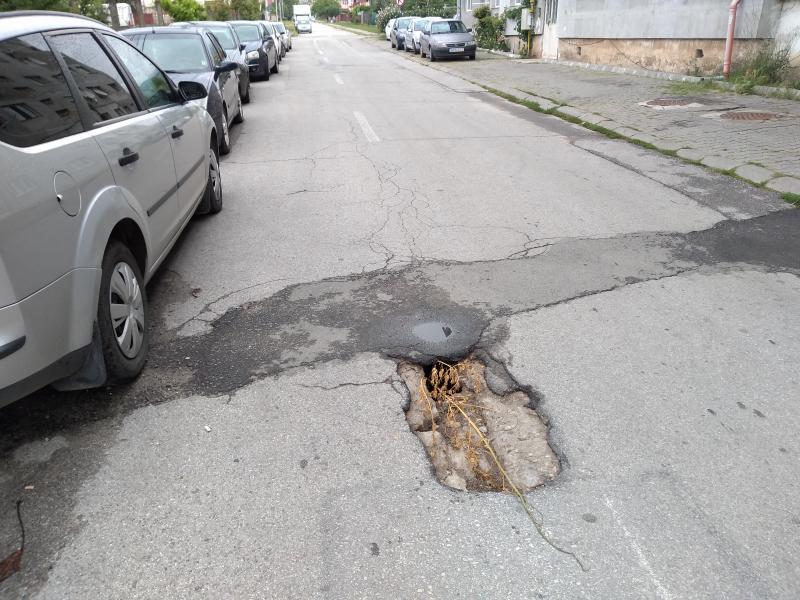 Pericol de surpare a asfaltului pe strada Gheorghe Pop de Băsești din Alba Iulia! (foto)