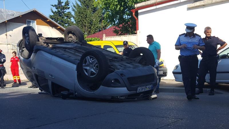Accident rutier! O mașină s-a răsturnat pe strada Vasile Goldiș din Alba Iulia