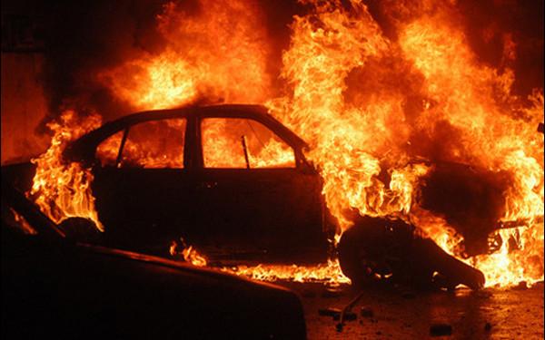 Alba Iulia – Un autoturism a luat foc în miez de noapte pe strada Păltiniș