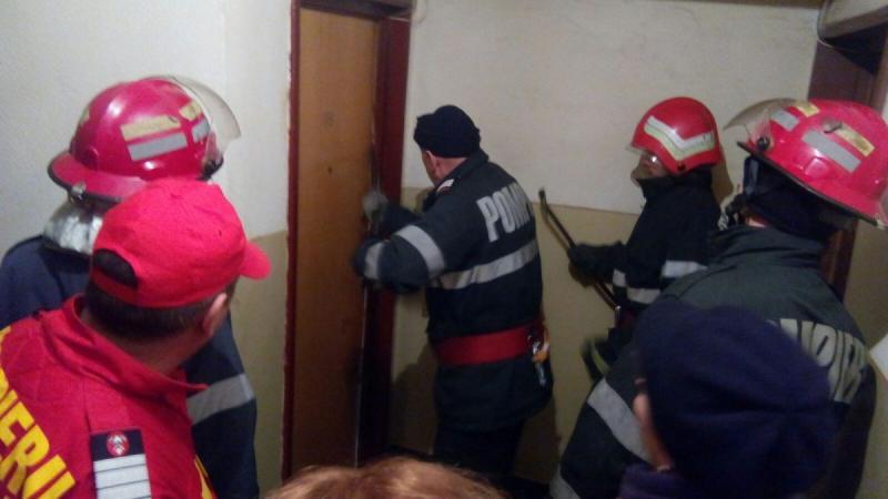 Aiud – Intervenție a pompierilor pentru deblocarea ușii unui apartament în care era blocat un copil de 3 ani