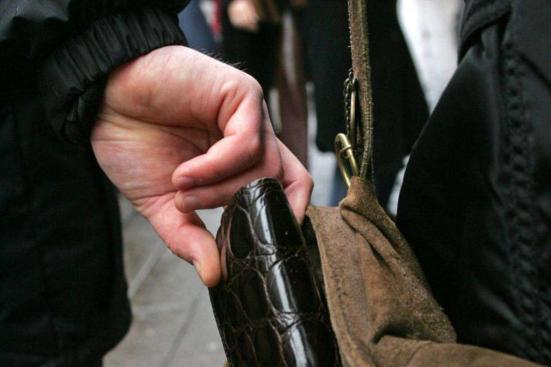 Un hoț de buzunare a fost prins după ce a furat bani și un telefon mobil de la trei persoane vârstnice