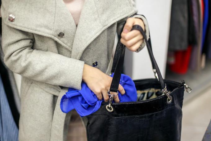 Femeie de 37 de ani, din Sebeș,  bănuită de săvârșirea furtului din magazinul de telefoane mobile.