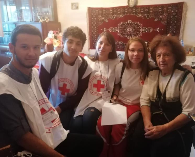 Ziua internaţională a persoanelor în vârstă, marcată de Filiala de Cruce Roşie a Judeţului Alba prin activităţi umanitare în Alba Iulia şi Aiud