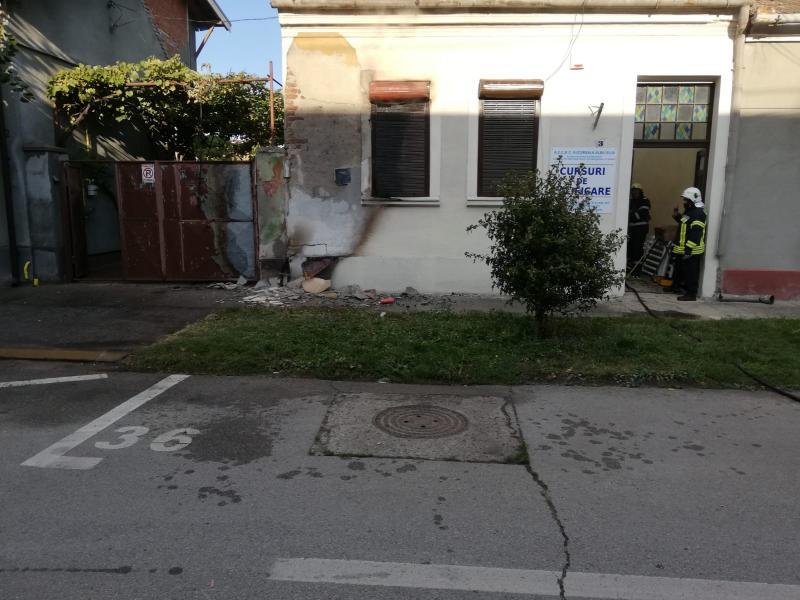Pericol de explozie! O conductă de gaz a luat foc pe strada Tribunalului din Alba Iulia (foto)