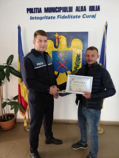 Un cetățean cu spirit civic a predat la Poliţia Municipiului Alba Iulia 12.000 lei găsiți în fanta unui ATM