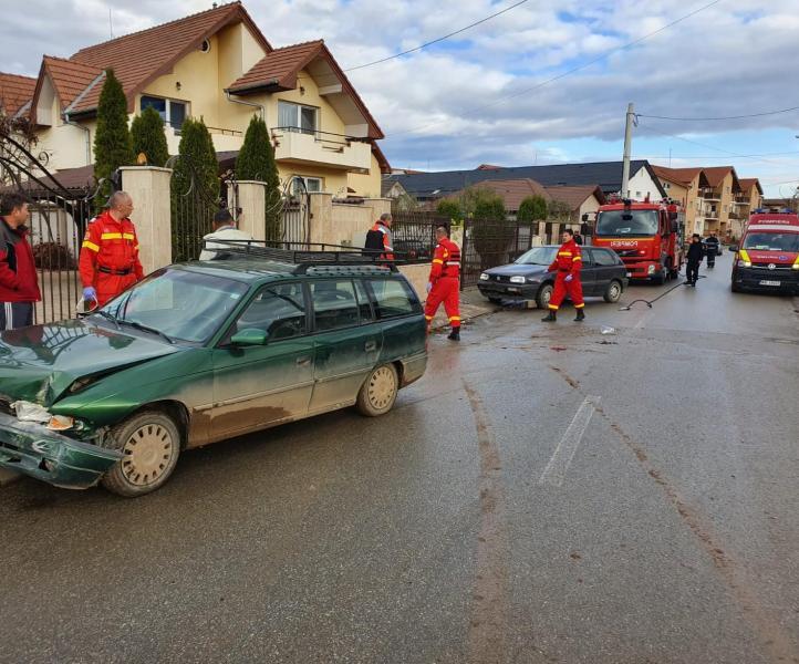 Pericol de explozie în Alba Iulia! Un autoturism a lovit o țeavă de gaz! (foto)