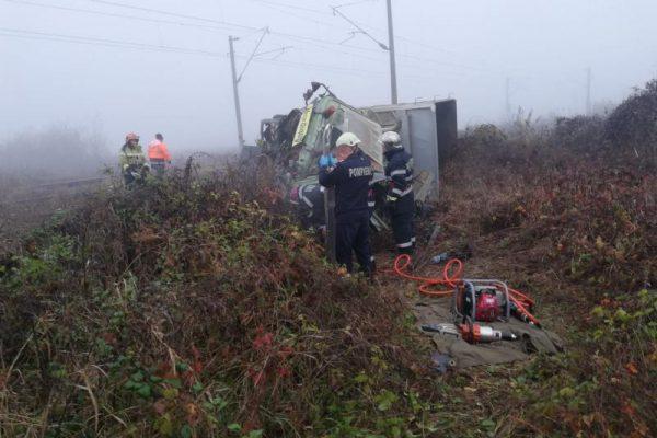 Tragedie - Un bărbat a murit după ce camionul pe care îl conducea s-a ciocnit cu un tren (foto)