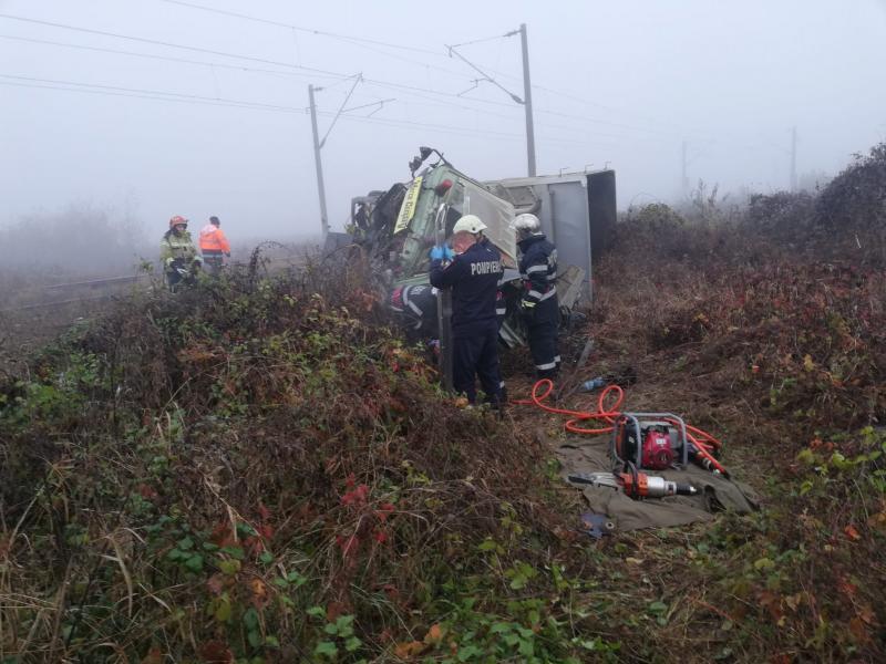Tragedie – Un bărbat a murit după ce camionul pe care îl conducea s-a ciocnit cu un tren (foto)
