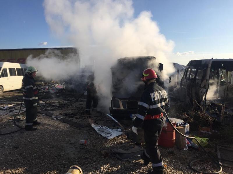Incendiu! Două microbuze au luat foc din cauze necunoscute la Aiud