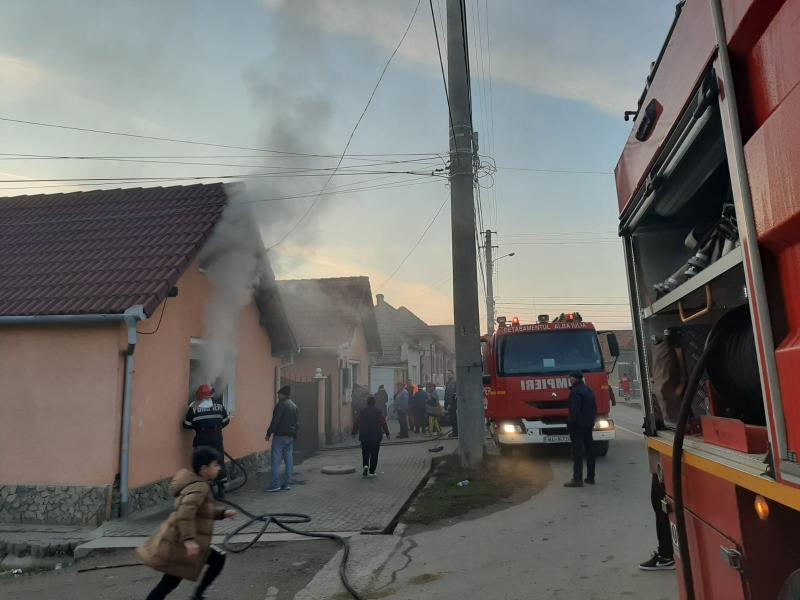 Intervenție a pompierilor pentru stingerea unui incendiu izbucnit la o casă de locuit din Sebeș, strada Horea