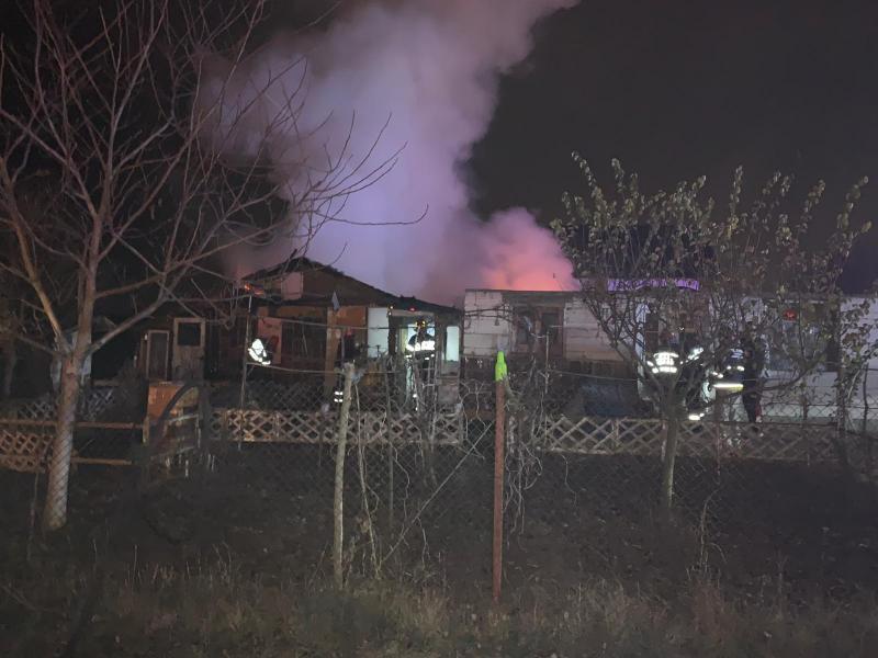 Intervențe a pompierilor pentru stingerea unui incendiu izbucnit la o casă din Vințu de Jos (foto)
