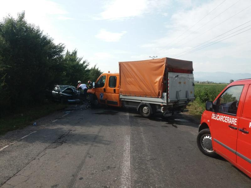 Coliziune între o autoutilitară și un autoturism pe strada Regimentul V Vânători din Alba Iulia