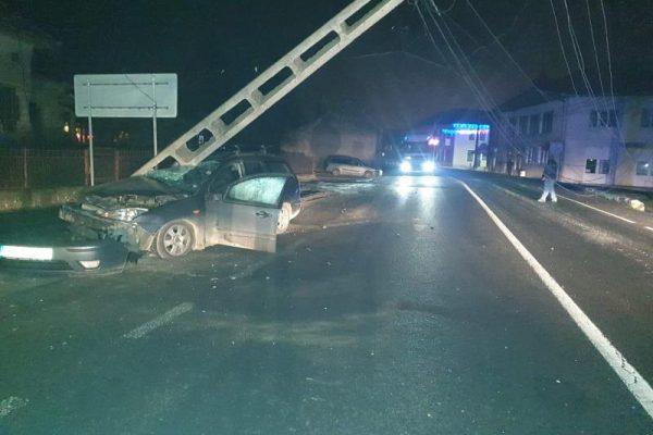 Accident rutier -Un autoturism a acroșat un stâlp de electricitate pe strada Moților din Aiud