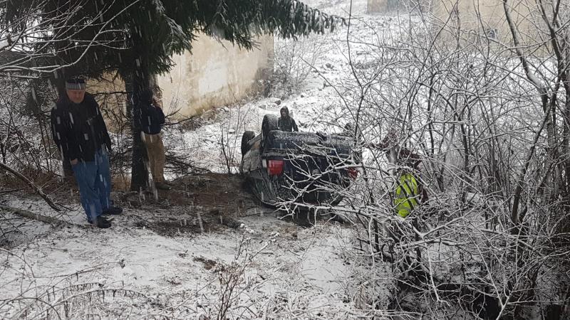 O șoferiță s-a răsturnat cu autoturismul pe care îl conducea în afara carosabilului pe DN 74 A