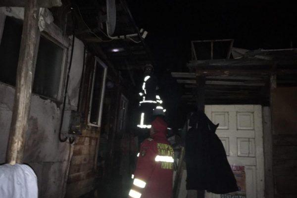 Intervenție a pompierilor din Câmpeni pentru stingerea unui incendiu izbucnit la acoperișul unei case (foto)