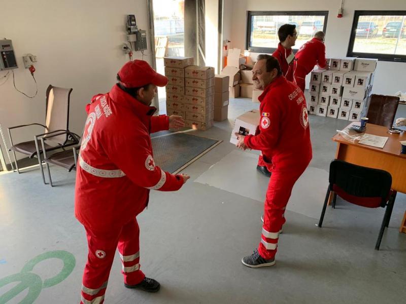 Crucea Roşie Alba a distribuit aproximativ două tone de alimente şi sute de kg de produse igienico-sanitare persoanelor aflate în izolare la domiciliu
