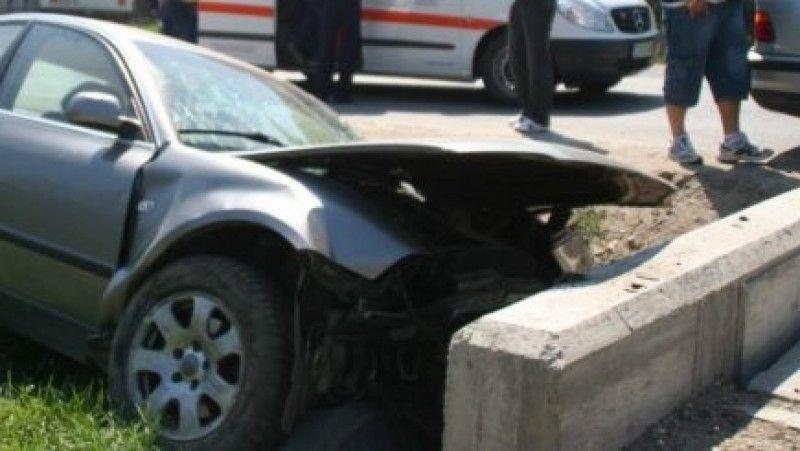O șoferiță imprudentă a intrat cu mașina într-un cap de pod pe DJ 107