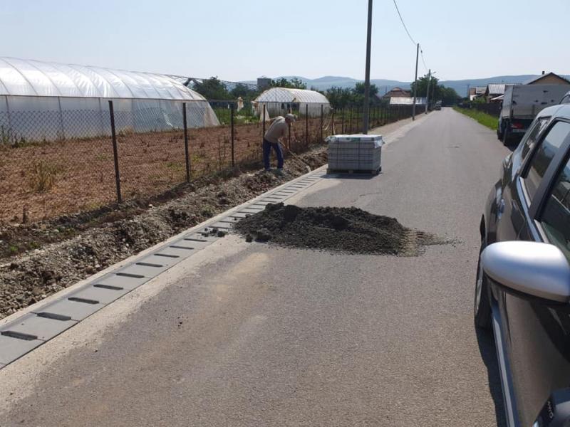 La Teiuș se continuă lucrările de montare a trotuarelor pe strada Progresului