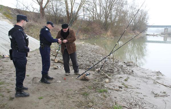 Acţiuni de combatere a braconajului piscicol, organizată de poliţiştii din Crăciunelu de Jos și Mihalț