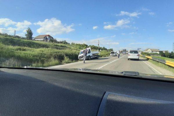 Coliziune între două autoutilitare pe DN 1, la ieșire din Teiuș (foto)