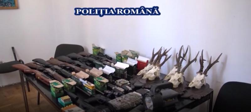 10 arme deținute ilegal, muniție, dispozitive de iluminare și termoviziune confiscate de polițiști