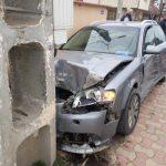 Gârbova - Șofer în stare avansată de ebrietate a intrat cu mașina într-un stâlp și un zid
