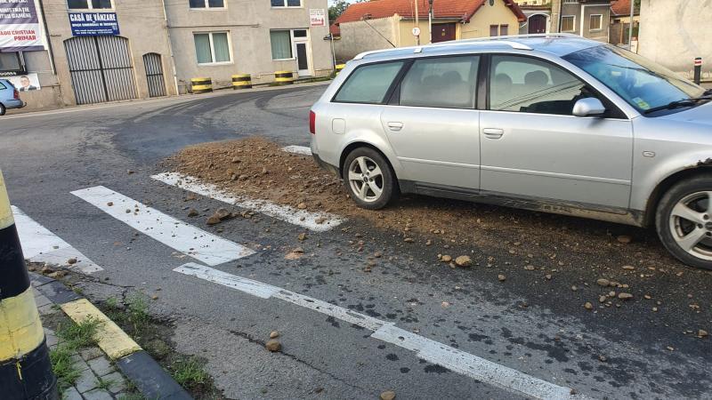 ȘTIREA TA – Cea mai circulată intersecție din Sebeș, acoperită cu pietriș!?!